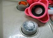 세탁기에 연결된 급수호스가 결빙된 사진