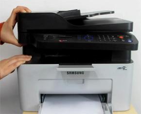 프린터 윗면 덮개를 잡고 여는 예시 화면