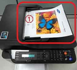 자동 원고 급지 장치에 원고용지를 위로 향하도록 올려 놓은 예시 화면