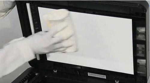 스캐너 덮개쪽의 흰색 큰 시트면을 깨끗한 천으로 청소하는 예시 화면