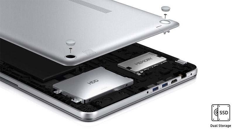 노트북 내부의 모습, HDD와 MEMORY가 보이는 모습