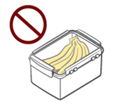 뚜껑으로 닫은 플라스틱 용기에 보관한 바나나
