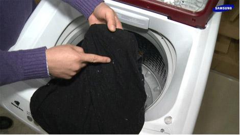 세탁물에 찌꺼기가 묻은 이미지