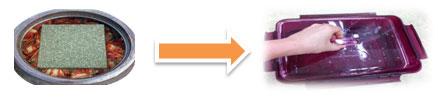 장독대 내부 김치를 누름돌로 누르는 이미지와 김치통 자체의 누름이를 누르는 이미지