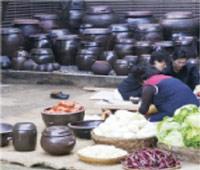 김치를 담그는 모습