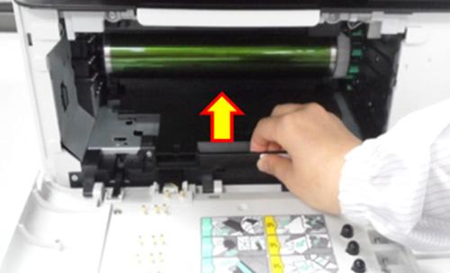 새로운 이미징 유니트를 제품에 밀어넣어 장착하는 화면