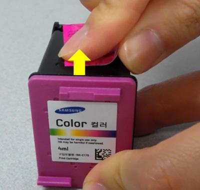 새 컬러잉크의 분홍색 테이프를 제거하는 화면