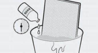 모이스처 필터를 중성세제 첨가한 미온수에 30분간 담그는 이미지