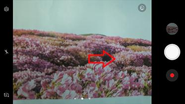 셀프 촬영 모드에서 화면을 오른쪽으로 미세요