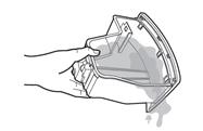 물통 안의 물을 버리고 있는 이미지