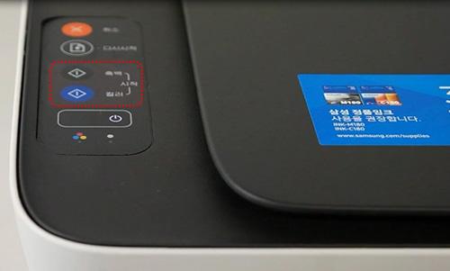 제품 상단 왼쪽에 보이는 조작부의 흑백 또는 컬러 복사 버튼 위치 화면