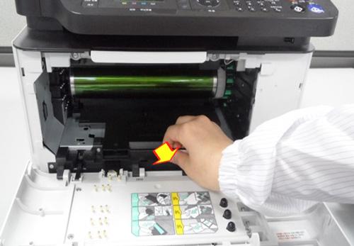 이미징 유니트 가운데 앞쪽에 있는 손잡이를 잡고 앞으로 당겨 꺼내는 화면