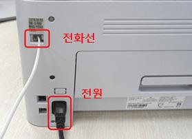 왼쪽 상단에 전화선을, 왼쪽 하단에 전원코드를 연결한 위치안내 화면